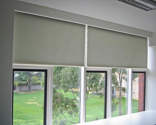Cửa sổ kính cường lực nên lắp màn gỗ hay màn cuốn