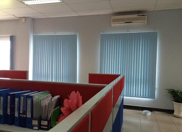 Rèm cửa sổ chống nắng lắp đặt trong văn phòng làm việc