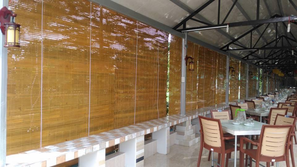 màn tre nứa lắp đặt thay rèm cửa trong quán ăn
