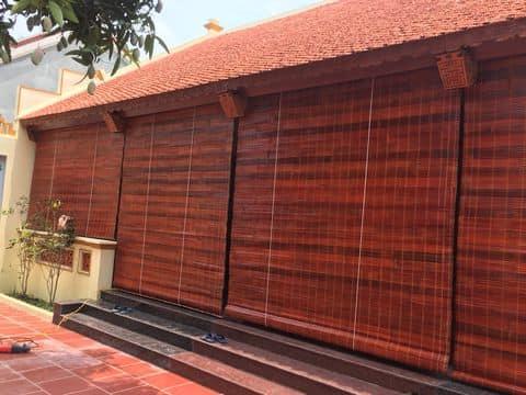 màn cửa thay rèm cửa che nắng ở mặt tiền ngôi nhà