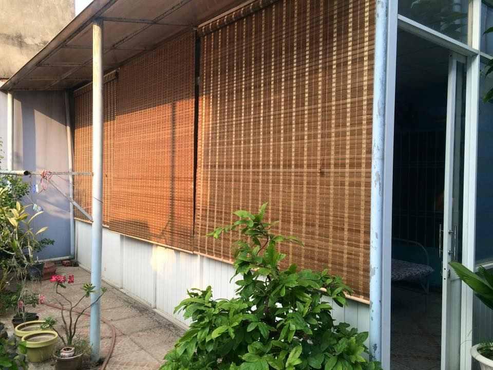 màn cật tre treo ngoài cửa sổ thay rèm cửa